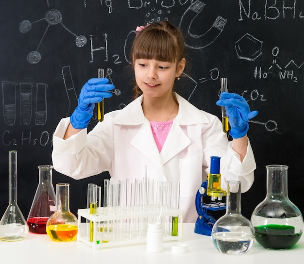 Małe Dziecko Na Lekcji Chemii W Laboratorium Premium Zdjęcia