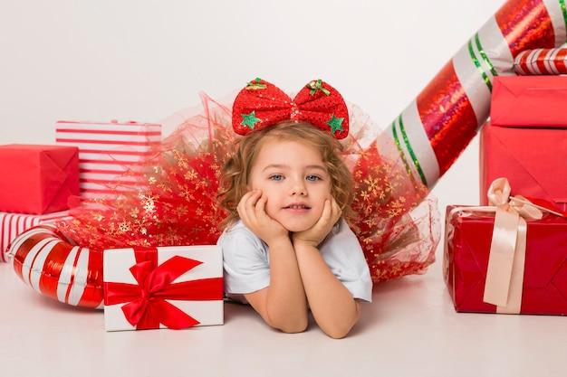 Małe Dziecko Otoczone świątecznymi Elementami Premium Zdjęcia