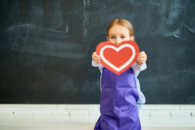 Małe Dziecko Trzyma Serce Premium Zdjęcia