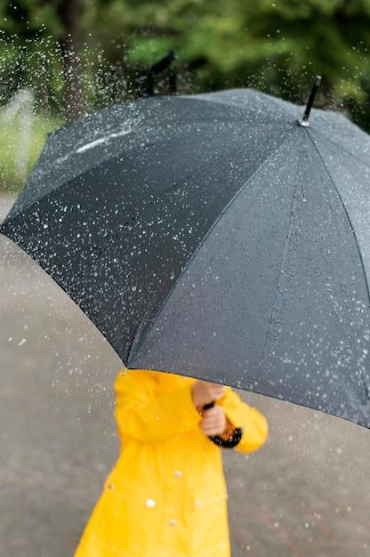 Małe Dziecko Trzymające Duży Czarny Parasol Darmowe Zdjęcia
