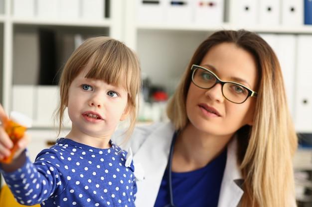 Małe Dziecko W Biurze Jest Sprawdzane Przez Lekarza Premium Zdjęcia