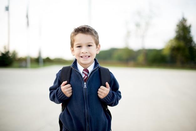 Małe Dziecko Z Plecakiem W Tyle Darmowe Zdjęcia