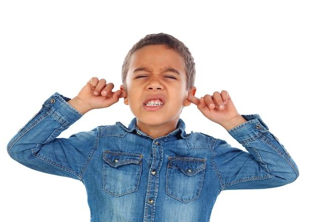 Małe Dziecko Zakrywające Uszy Premium Zdjęcia