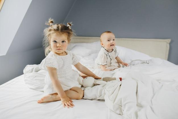 Małe dziewczynki są razem szczęśliwe Darmowe Zdjęcia