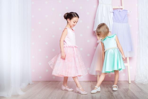 Małe Dziewczynki Ubrane W Księżniczkę Premium Zdjęcia