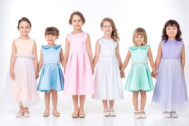 Małe Dziewczynki W Sukienkach Księżniczek Premium Zdjęcia
