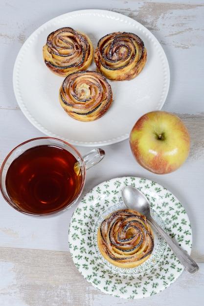 Małe Placki Jabłkowe Z Filiżanką Herbaty I Jabłka Premium Zdjęcia