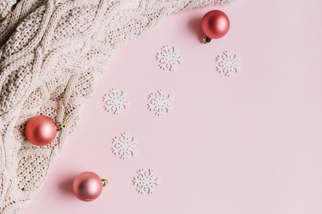 Małe Płatki śniegu Z Błyszczącymi Bombkami Premium Zdjęcia