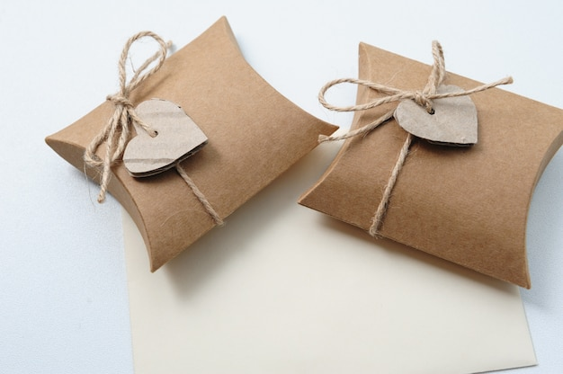 Małe Ręcznie Robione Pudełka Z Papierem Pakowym Premium Zdjęcia