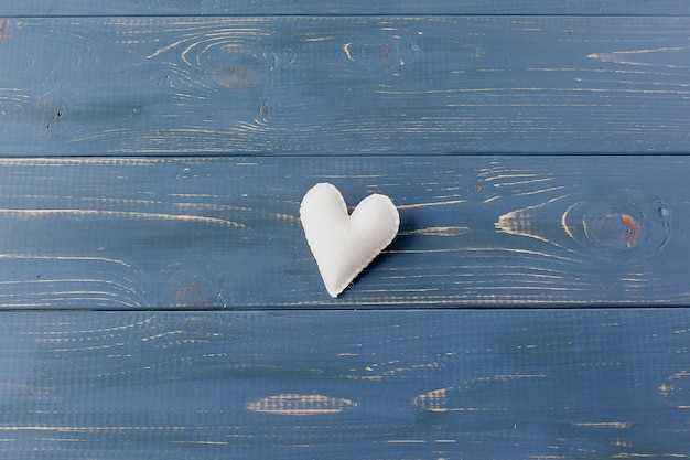 Małe Serca Na Tle Z Teksturą. Znak Miłości I Szczęścia. Premium Zdjęcia