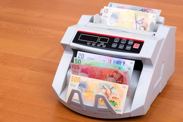 Malediwski rufiyaa w maszynie do liczenia Premium Zdjęcia