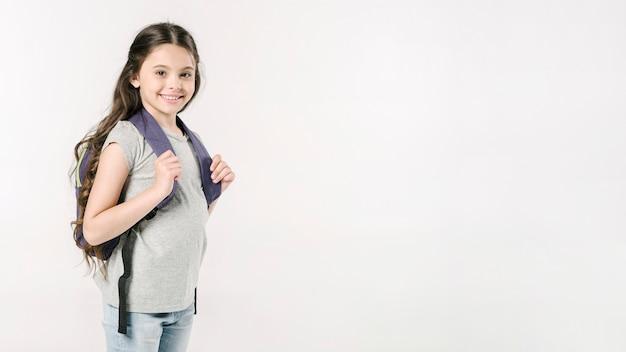 Małej dziewczynki pozycja z schoolbag w studiu Darmowe Zdjęcia