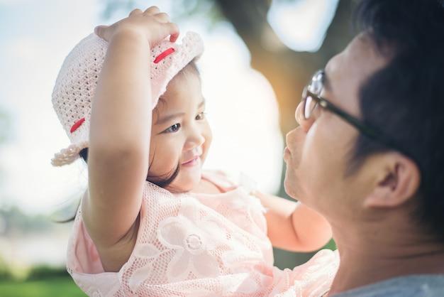 Małej Dziewczynki Przytulenia Szyja Jej Ojczulek, Ojciec Bawić Się Z Córka Szczęśliwym Rodzinnym Czasem. Premium Zdjęcia