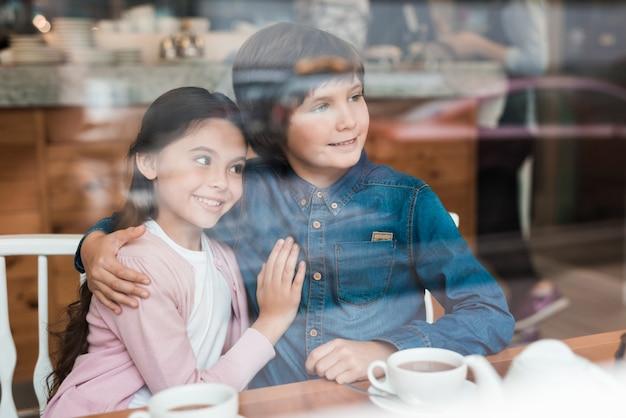 Mali Kochankowie Mają Randkę W Cafe Kids Give Hug. Premium Zdjęcia