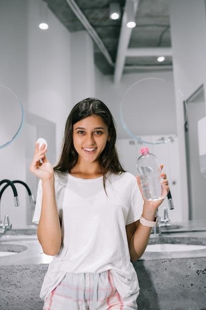 Malowanie Pięknej Młodej Kobiety Z Wacikiem W łazience Darmowe Zdjęcia