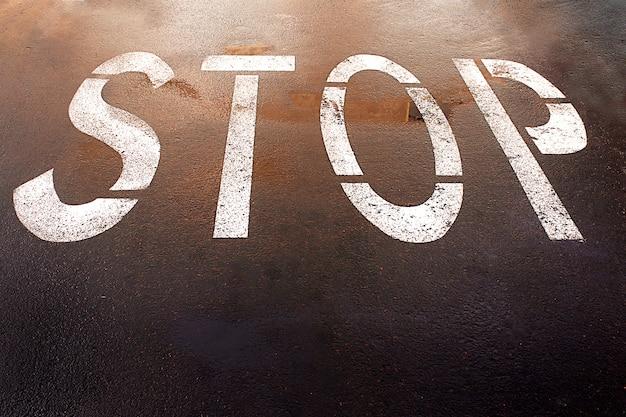 Malowany Na Podłodze Znak Stopu To Miejska Ulica Premium Zdjęcia