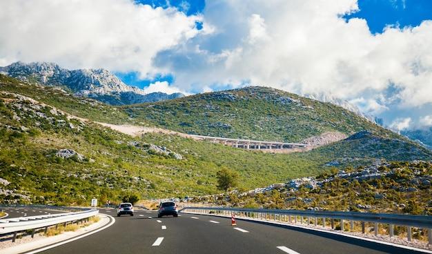 Malownicza Droga Prowadząca W Góry W Chorwacji Premium Zdjęcia