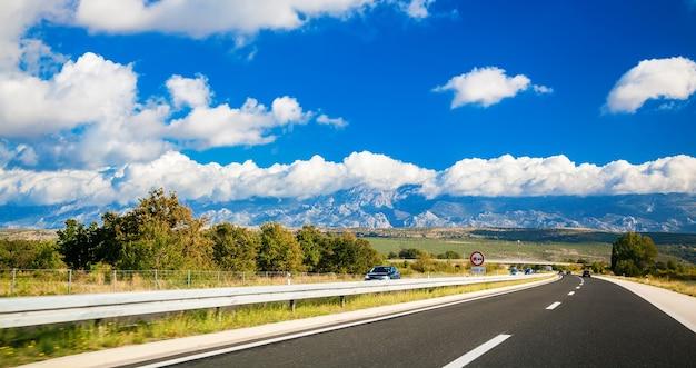 Malownicza Droga Z Górami W Oddali Gdzieś W Chorwacji Premium Zdjęcia