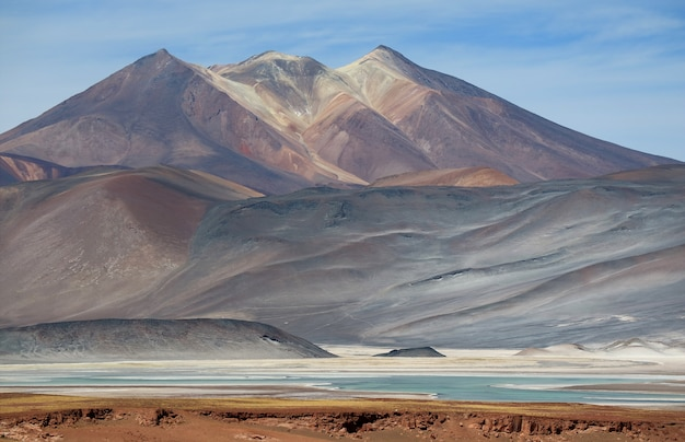 Malownicza góra cerro medano z salar de talar salt lake, pustynia atacama, chile Premium Zdjęcia