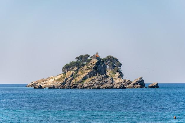 Malownicza wyspa katic i wielka niedziela. petrovac, czarnogóra. Premium Zdjęcia