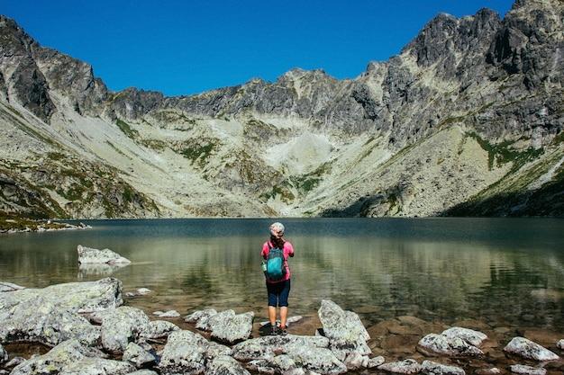 Malownicze górskie jezioro. wysokie skały. piękny krajobraz. Premium Zdjęcia