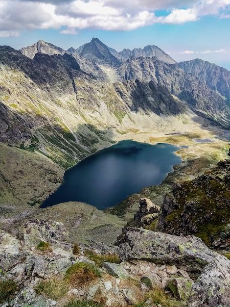 Malownicze górskie jezioro. Premium Zdjęcia