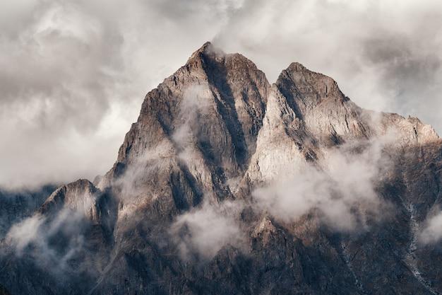 Malownicze Górskie Tło Premium Zdjęcia