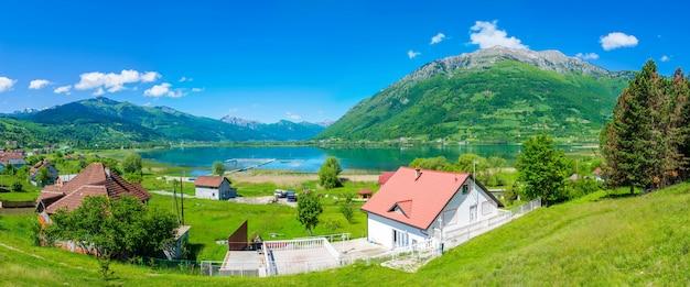 Malownicze jezioro plav w ośnieżonych górach czarnogóry. Premium Zdjęcia