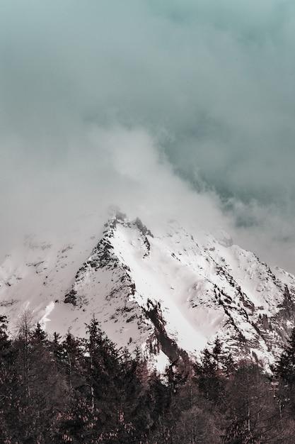 Malowniczy Widok Na Ośnieżone Góry Darmowe Zdjęcia