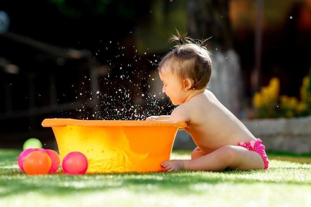 Maluch Dziewczyna Bawić Się Na świeżym Powietrzu Z Zabawkami Premium Zdjęcia