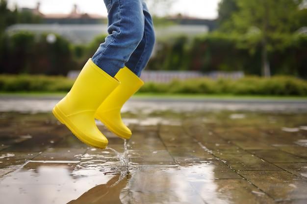 Maluch Skoki W Basenie Z Wodą W Dzień Lata Lub Jesieni Premium Zdjęcia