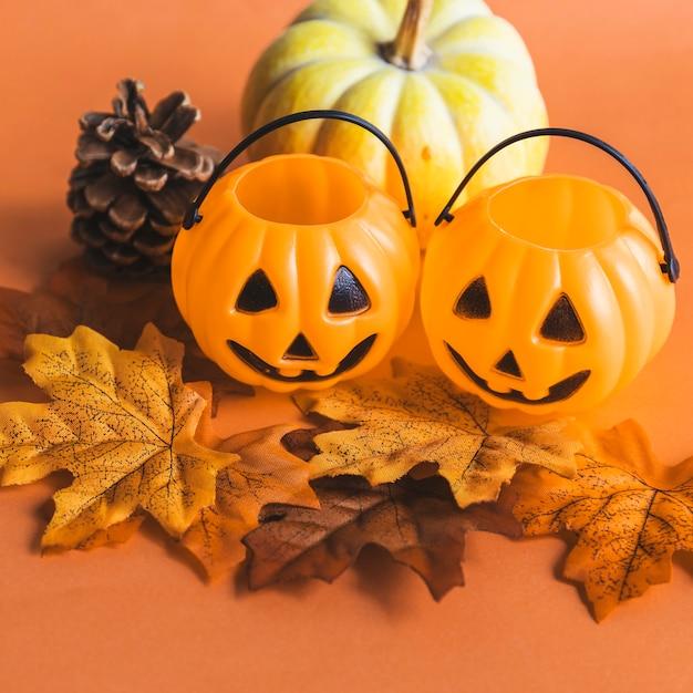 Malutkie kosze jack-o-lantern w pobliżu symboli jesieni Darmowe Zdjęcia