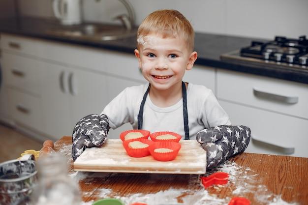 Mały chłopiec gotuje ciasto na ciasteczka Darmowe Zdjęcia