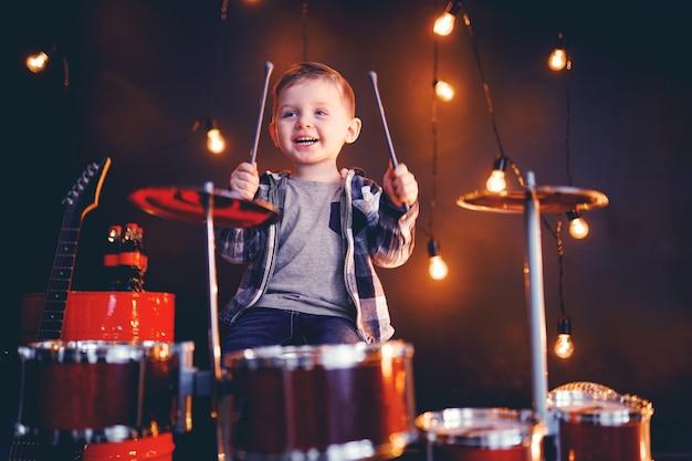 Mały Chłopiec Gra Na Perkusji Na Scenie Premium Zdjęcia