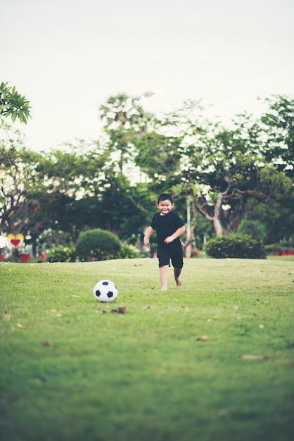 776b3dae3 Mały chłopiec gra piłka nożna Zdjęcie | Darmowe Pobieranie