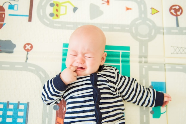 Mały Chłopiec Kłamie I Płacze. Widok Z Góry Premium Zdjęcia
