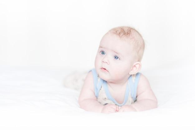 Mały Chłopiec Leżącego Na łóżku Premium Zdjęcia