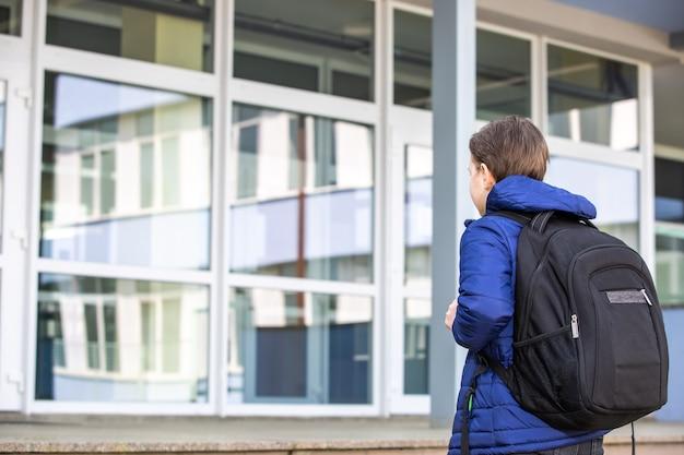Mały Chłopiec Lub Dziecko W Wieku Szkolnym Idzie Do Szkoły, Frekwencja W Szkole, Koncepcja Edukacji Premium Zdjęcia