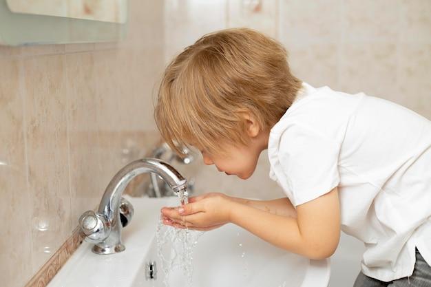 Mały Chłopiec Myje Twarz Premium Zdjęcia