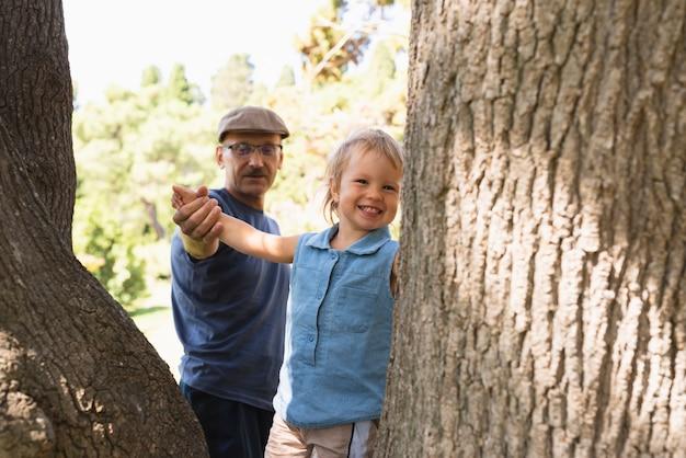 Mały chłopiec na drzewach z dziadkiem Darmowe Zdjęcia