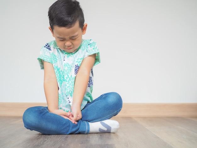 Mały chłopiec próbuje medytacji z pokoju i relaksu Premium Zdjęcia