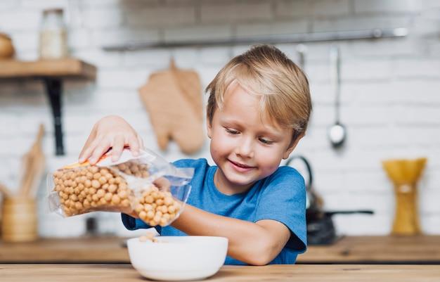 Mały Chłopiec Przygotowuje Się Do śniadania Darmowe Zdjęcia