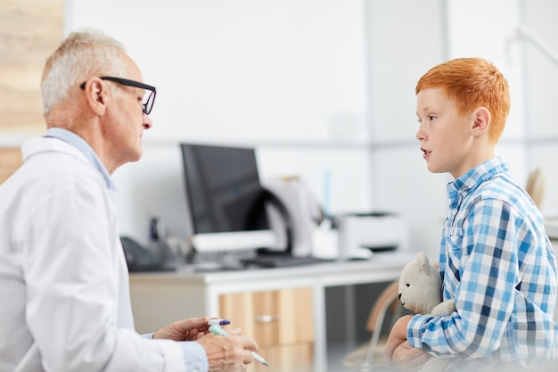 Mały Chłopiec Rozmawia Z Lekarzem Premium Zdjęcia