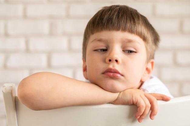 Mały Chłopiec Siedzi Na Krześle Darmowe Zdjęcia