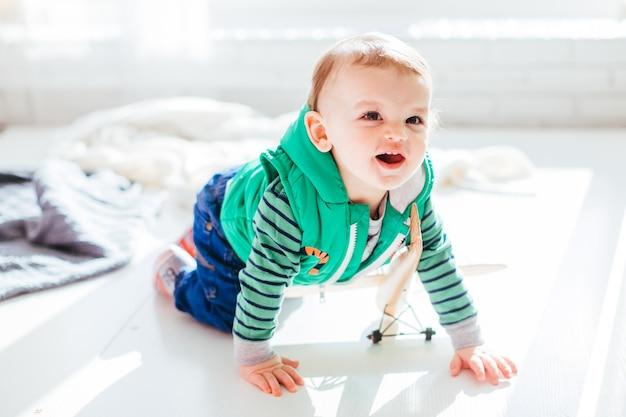 Mały Chłopiec Siedzi Na Podłodze Darmowe Zdjęcia