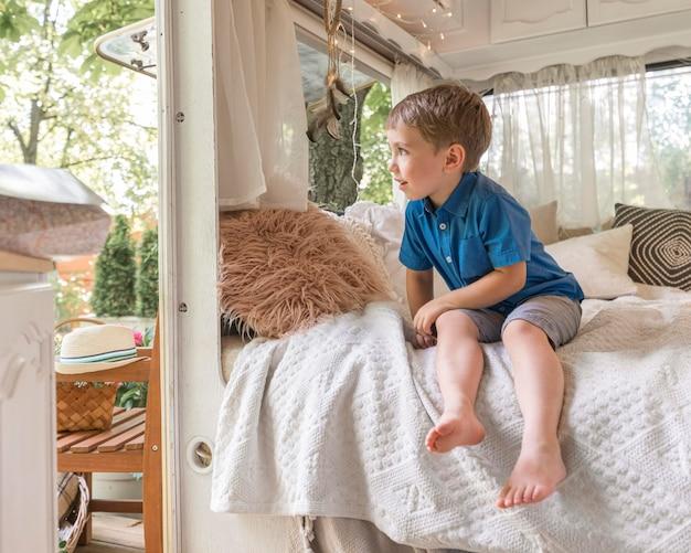 Mały Chłopiec Siedzi Na Złym W Przyczepie Kempingowej Darmowe Zdjęcia