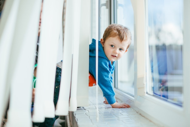 Mały Chłopiec Stoi Przy Parapecie Darmowe Zdjęcia