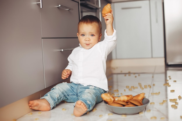 Mały chłopiec w domu Darmowe Zdjęcia