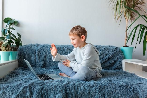 Mały Chłopiec W Szkole O Połączenie Wideo, Lekcje Online Na Laptopie E-learning, Nauka Na Odległość, Koncepcja Komunikacji Na Odległość Premium Zdjęcia