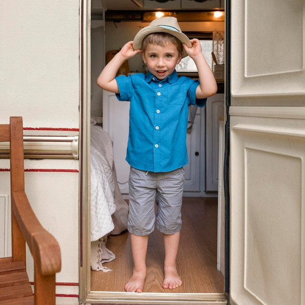 Mały Chłopiec Wkłada ładny Kapelusz Darmowe Zdjęcia